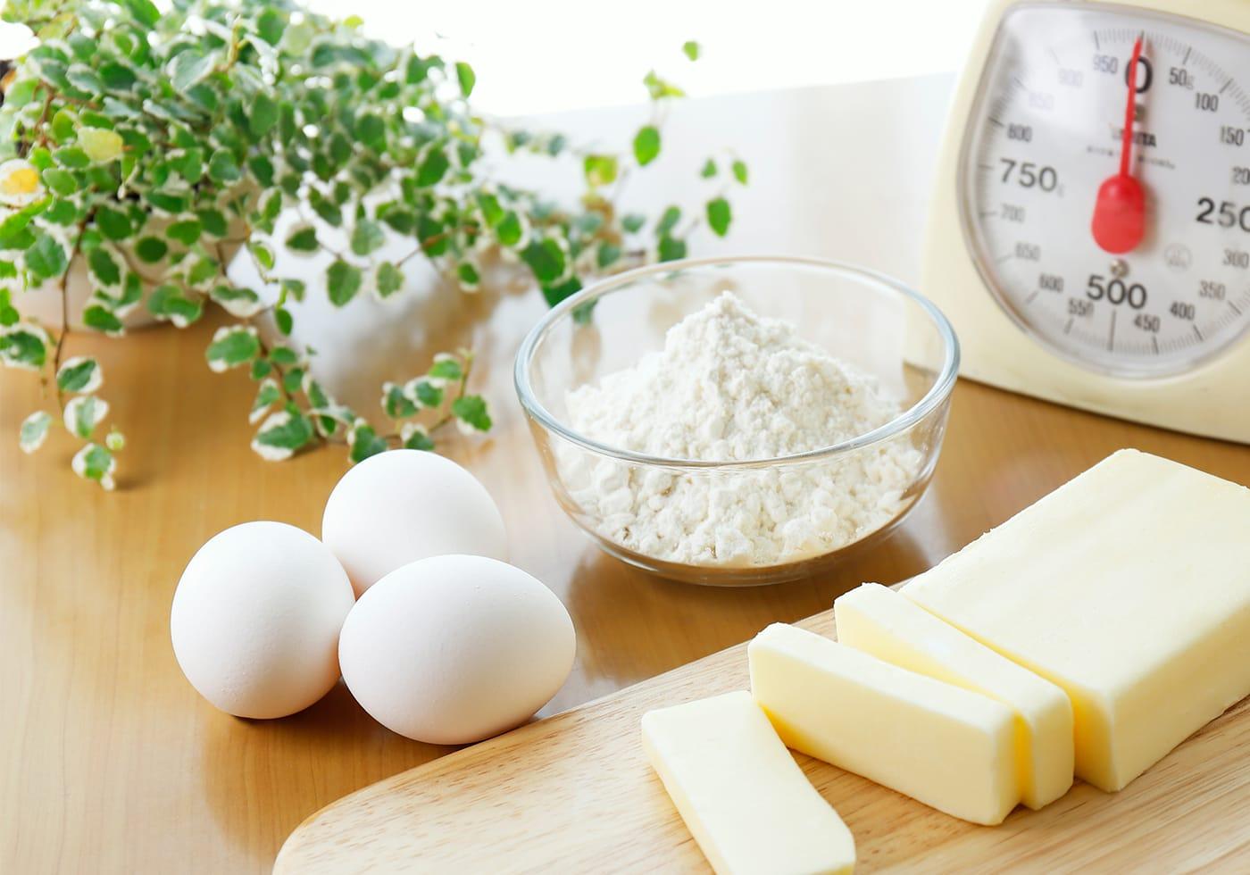 取り扱っている家庭用の食材、卵や小麦粉、バターなどのイメージ画像