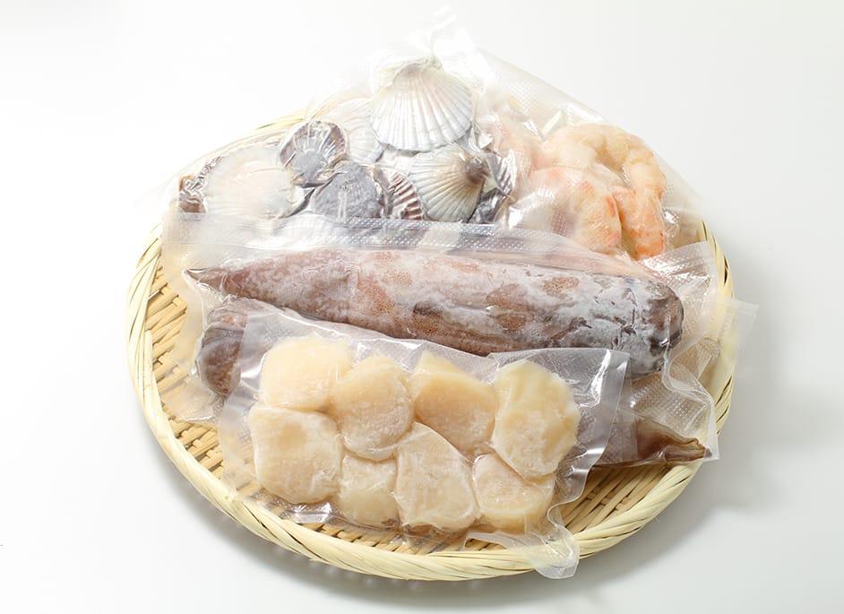 食品への添加剤移染を防ぐフィルムで包装され冷凍された海鮮食材の画像